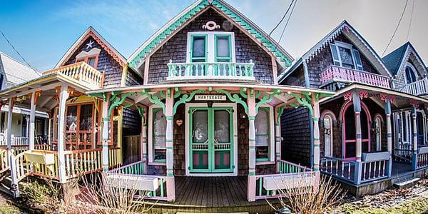 Marthas_Vineyards_gingerbread_houses_in_Oak_Bluffs